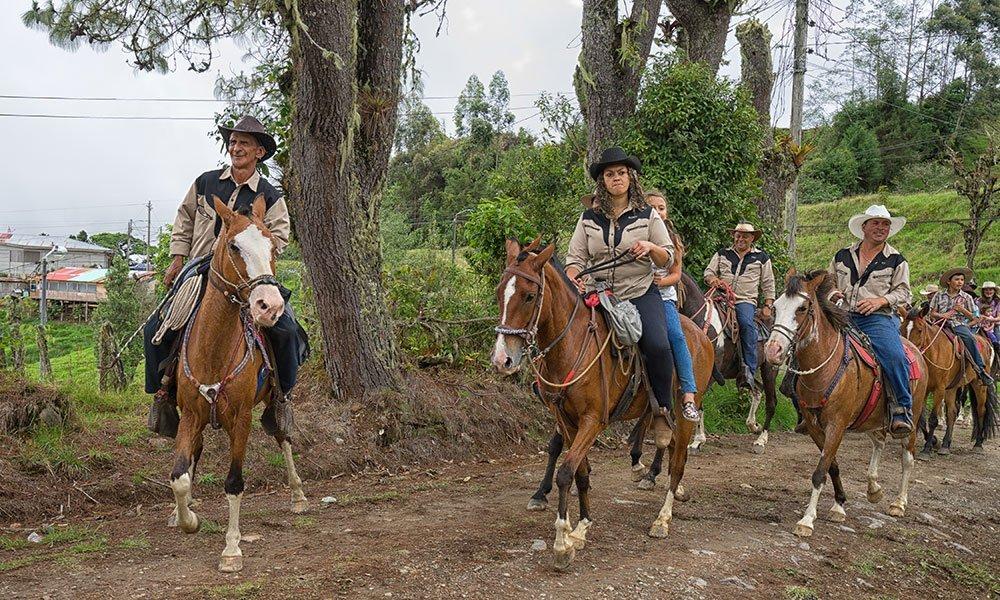 Costa Rica Guanacaste Sabaneros montando caballos